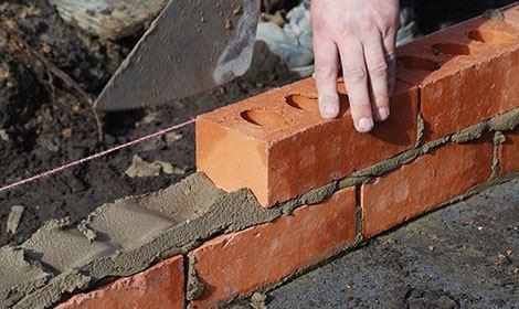 metselen van muur met stenen